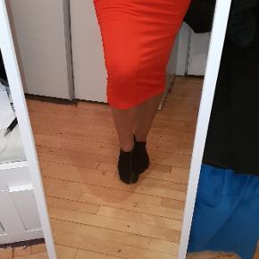 Midi nederdel fra H&M. Aldrig brugt. Husk at forstørre billederne.  Bytter ikke