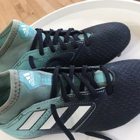 Adidas fodboldstøvler str. 34..  brugt en enkelt sæson