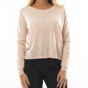 Lækker trøje fra Whyred i 100% merino uld. Model Flora, farve Pale Bellinni, str s. Helt ny og stadig med tags.