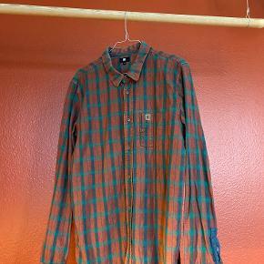 Ternet DC Shoes skjorte i varme orange/grønne farver. Brugt få gange.