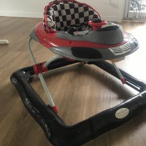Gåstol, lyd virker. Sidespejlene er ikke monteret og følger ikke med.  Den er brugt, hjulene kører fint og den fejler intet.   6710 Esbjerg.