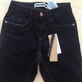 Flotte klassiske mørkeblå jeans fra Noisy May 💕  ALDRIG BRUGT, stadig med mærker Str. 32 (XXS-XS) Med stræk Sidder helt til Nypris 200  Se også mine andre annoncer. Sælger billigt ud, og giver gerne mængderabat 💙