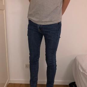 Slim-fit Levi's jeans. Fitter super godt.  Np: 850 kr.