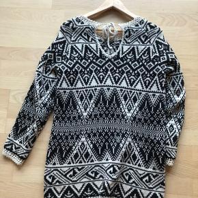Sweater/strik fra Odd Molly i sort/hvid mønster ... men snor bagtil. BYD gerne