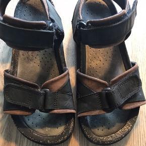 De gode sandaler fra Ecco. Bærer præg af brug på sålen og elastik -se billede. Men er stadig fuldt funktionelle og brugbare.