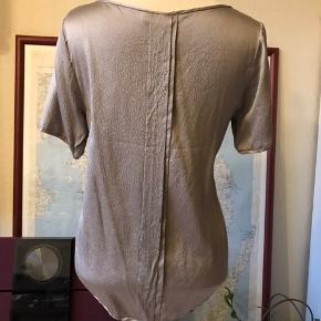 95 % silke, 5 % spandex. Mærket i siden er revet lidt i.  Kan afhentes i Odense V.  Se også mine mange andre annoncer - jeg giver mængderabat 😊