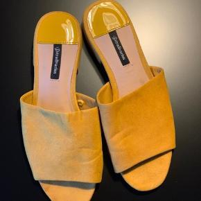 Super fede slip ons i den fedeste, moderne, gule farve.   Brugt to gange.