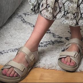 Udsolgte sandaler fra Monki. Super fede både uden strømer, men også med strømper indenunder