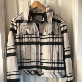 "Uld/polyester jakke ""trucker"" modelPasser str medium/large ny med mærke"