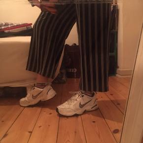 Vildt fede trousers med vidde ben - aldrig brugt. De er str 38 og går mig til over navlen, som ses på billede.   100kr, kan hentes i NV, ellers koster fragt. :)