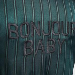 "Fin badekåbe fra love stories i flot grøn farve med teksten ""Bonjour Baby"""