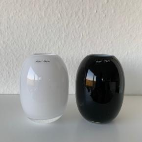 En hvid og en sort Piet Hein vase i 10 cm.  De har kun stået til pynt. Og har ingen skår.  Ny pris er et estimat.