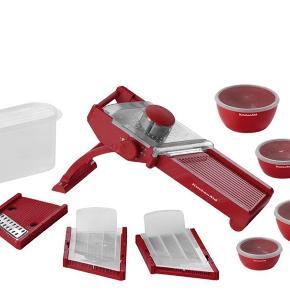 Helt nyt KitchenAid mandolinjern i rød Med tilhørende skåle  Nypris 1000 kr.