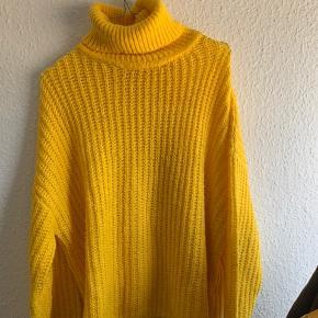 Lækker gul sweater med høj hals fra gina tricot, den er tyk i stoffet.   Den er brugt få gange og er som ny. Kan passes af både M/L ☺️