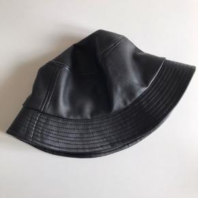 Sælger denne fine bøllehat i læder lignede materiale :) kom gerne med bud
