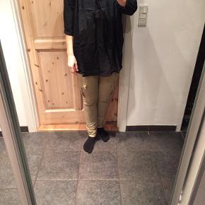 Fin sort bluse der kun er brugt ganske få gange.