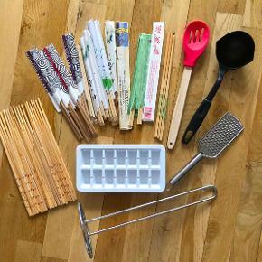 Forskellige køkkenting:  -Engangsspisepinde, ubrugte, 17 sæt. 15 kr. - Køkkenrulleholder, ubrugt, ca. 32,5 cm høj, enket design i rustfrit stål. 20 kr. - Isterningbakke, ubrugt, 14 rum, ca. 21 cm i længden. 15 kr. - Rivejern til fx hår ost, rustfri stål. 20 kr. - Dejskraber, ubrugt, silikone med træskaft. 25 kr. - Spisepinde i bambus, nogle ubrugt og andre brugt enkelte gange, ca. 26 cm lange, 20 stk. 20 kr. - Opøser / suppeske, brugt et par gange. 20 kr.  Sælges samlet for kun 90 kr.  Kan afhentes på Frederiksberg.
