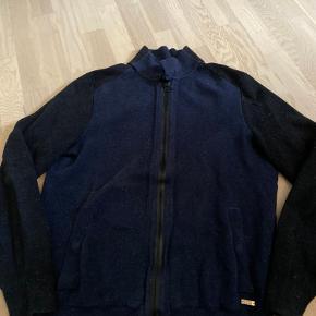 Flot varm trøje med lynlås mørkeblå med sorte ærmer, rigtig fed