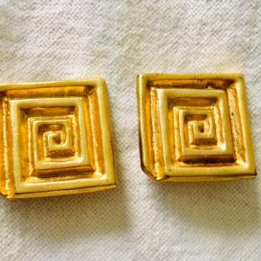 Good vintage condition. Clip on earrings in gold.