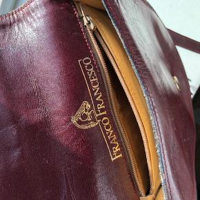 Super lækker lille crossbody taske i det fineste røde læder med fine detaljer. Har dog ridser i læderet, men virker helt optimalt