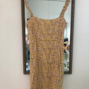 Lårkort kjole, lidt lille over brystet.