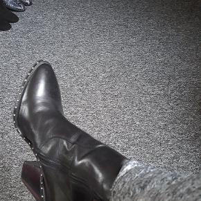 Bronx støvler i str 38 men de er lidt større i str. Har taget dem på 2 gang og sælger på grund af de er for stor til mig, derfor prisen. Læder.