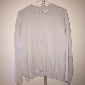 Champion sweatshirt i rigtig god stand. Vil vurdere den til at fitte M / M-L. Fejler ingenting. Byd.
