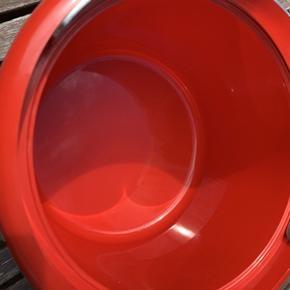 Flot rød retro plast isspand fra Stelton designet af Erik Magnusson sidst i 1970´erne. Højde 15 cm og diameter 20 cm. Meget velholdt med få brugsspor.