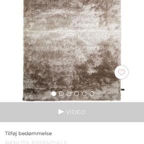 Virkelig lækkert tæppe fra Benuta. Måler 120 x 170. P asser perfekt til en lille sofa. Kommer fra et røg- og dyrefrit hjem.