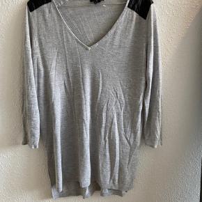 Kjole / bluse.   Jeg valgte at tage den i en str. M og brugte den som kjole er normalt en xs  Så det er op til en  selv hvordan man ønsker at bruge den ❣️