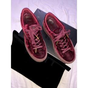 Skoen er gået i nogle få gange, og de er virkelig behagelige at have på. Modellen er Puma x Rihanna Creeper Velvet. Der kan sendes flere billeder, hvis det ønskes