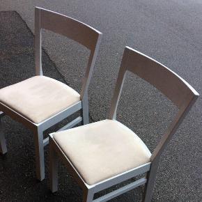 Sælger de her fine stole, da jeg simpelthen ikke har plads til dem mere.SÆLGER BILLIGT da betrækket nok skal skiftes. Skriv for mere info🙂