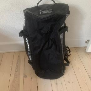 Sælger den her super fede Helly Hansen taske i sort  Som kan bruges som rygsæk/håndtaske/skuldertaske  Nypris ca 1000kr  Mindstepris 350kr
