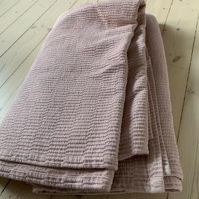 Smukkeste sengetæppe fra magasin. Brugt meget lidt. Passer til en 180x200 seng