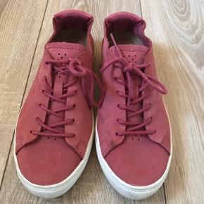 Rosase Lacoste sneakers i str. 39. Brugt meget lidt, men har nogle pletter på indersiden af venstre sko - ikke prøvet fjernet.  Sendes gerne på købers regning.