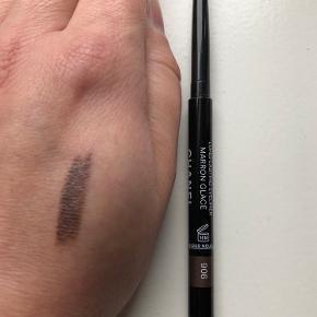 Chanel Stylo Yeux WaterproofLong Lasting Eyeliner i farven 906 MARRON GLACE.  Farven er metallisk brun. Den er købt hos Chanel i Illum sidste år. Som man kan se på billedet er der stadig meget produkt tilbage, men stiften er desværre knækket af nederst men kan sagtens stadig bruges.