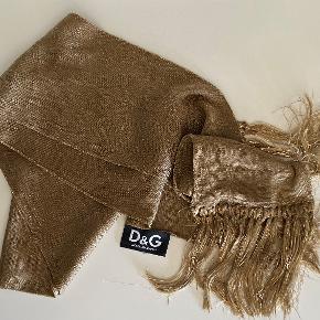 Det smukkeste tørklæde med lange frynser, som jeg desværre ikke får anvendt :-/ ... Det måler 15 cm x 2 meter inkl. frynserne og jeg ved ikke hvilket materiale, da det ikke står der, men det er blødt og behageligt mod huden :-)