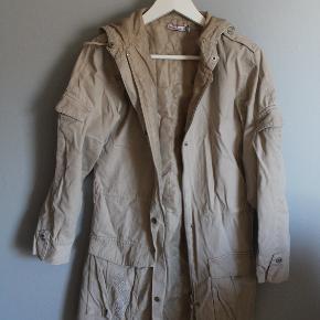 har fået jakken af en anden, men har aldrig selv brugt den. den er i str 14 år/ 164 og er fra 'pretty Sille'