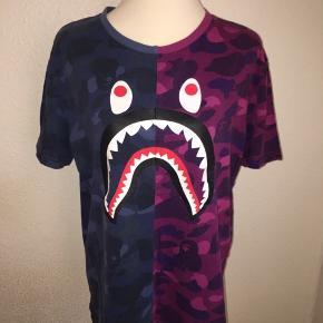 Todelt T-shirt fra bape i lilla og blå. Størrelse large.