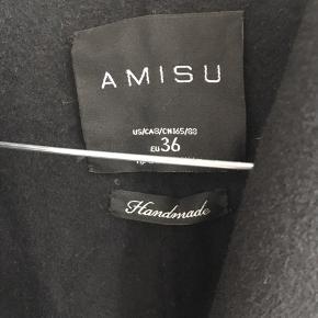 Super flot sort jakke fra Amisu str 36. Med binde bælte så kan smøres ind og både passe en xs,s og m.