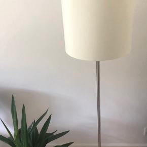 Gulvlampe med cremefarvet lampeskærm 💡  Byd gerne kan afhentes i Aarhus C efter nærmere aftale.