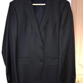 """Super lækkert jakkesæt sælges. Brugt en enkelt gang i få timer, og en enkelt gang til rens. Ingen brugsspor! """"Slim"""" model i silke/uld.  Nypris var ca. 5000,- Kom gerne med bud :-)  Flere billeder henvendes til 40582538"""