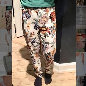 Flotte bukser, super skønt stof.  Stl M, passer S/M. Meget god stand.   Se mine øvrige annoncer :)
