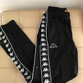 KAPPA bukser str. s. Aldrig brugt. Knapper ned af siden.