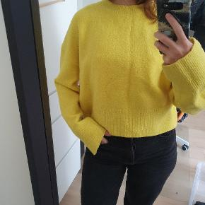 Yellow sweater from & other stories. It is in very good conditions, no flaws, no holes. Very comfy to wear. 🧥🧥 It can be picked up in Nørrebro.