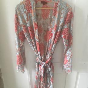 Aldrig brugt smuk smuk kimono med lommer og slidser ved ærmerne. Lukkes med bindebånd, så kan passes af de fleste størrelser :)