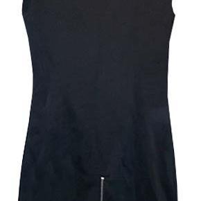 Flot klassisk kjole fra Epoque by Edith & Ella str. XS. Brystvidde ca 38-40 cm, længde fra ærmegab 61 cm. stoffet er i 48% rayon, 47% polyester og 5% spandex.