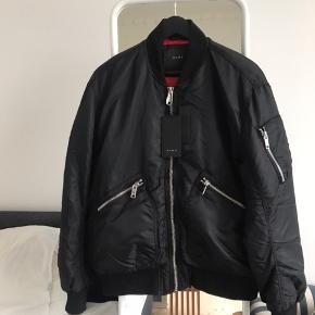 Sælger denne ubrugte Zara Bomber i sort.  Den har er dejligt relaxed oversized fit som en rigtig bomber skal have, og super varm.