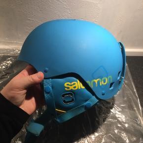 Sælger denne ski hjelm str L.   Det er en Salomon hjelm, og den har været brugt nogle gange, og har små brugsspor - dog intet af betydning for brug af den.   Nypris var 699,95kr.
