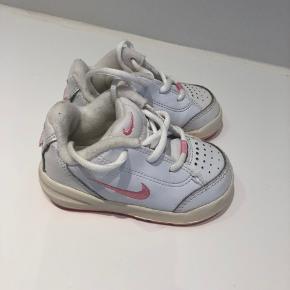 Søde pige Adidas sko i str 19,5. Brugt et par gange.